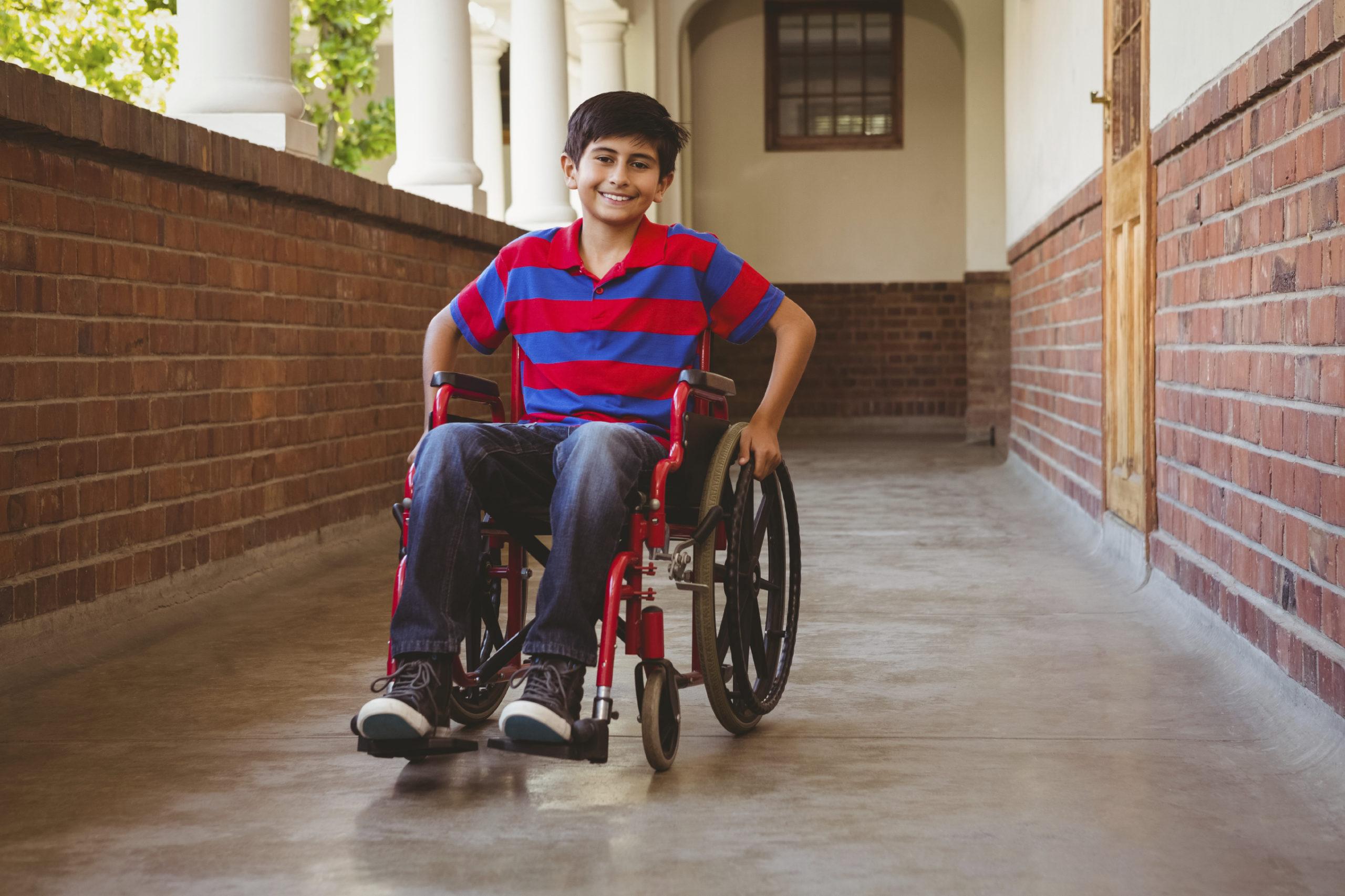 Jeune garcon en fauteuil