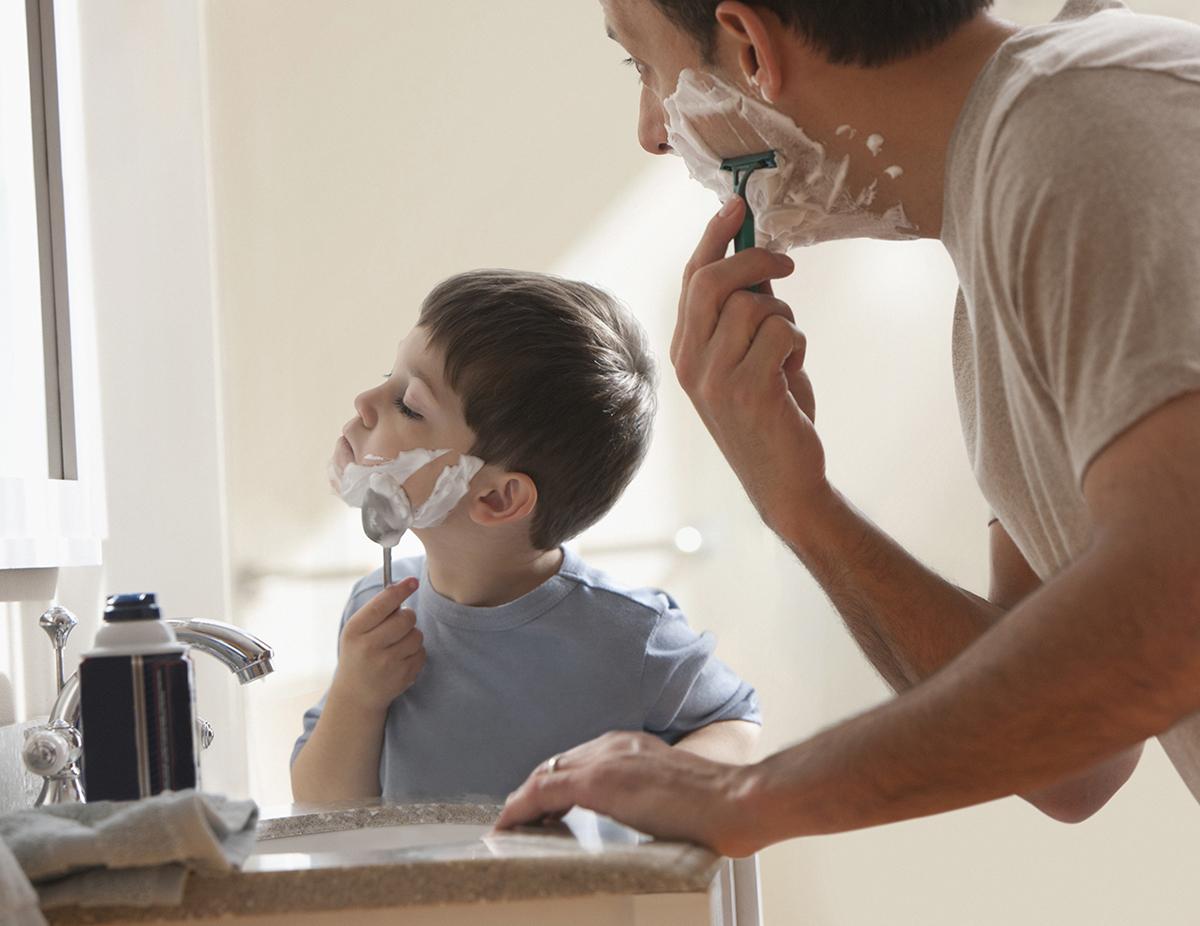 Père et fils en train de se raser