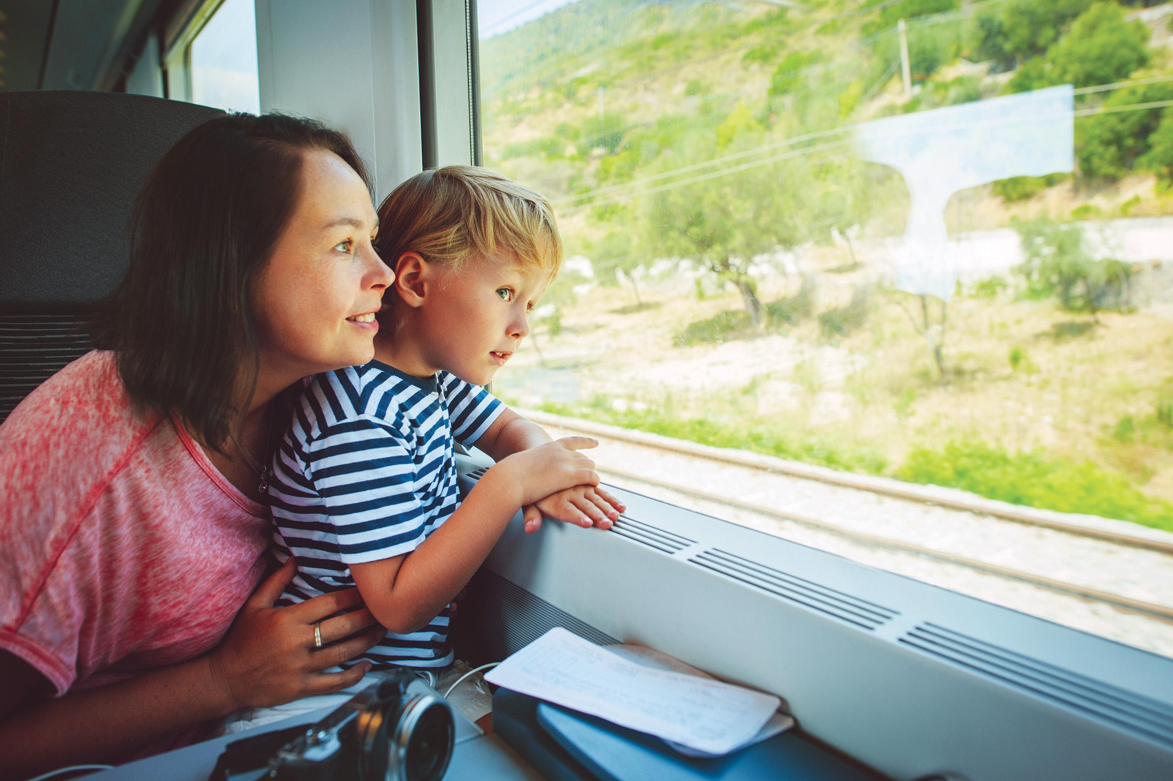 Mère et enfant dans le train