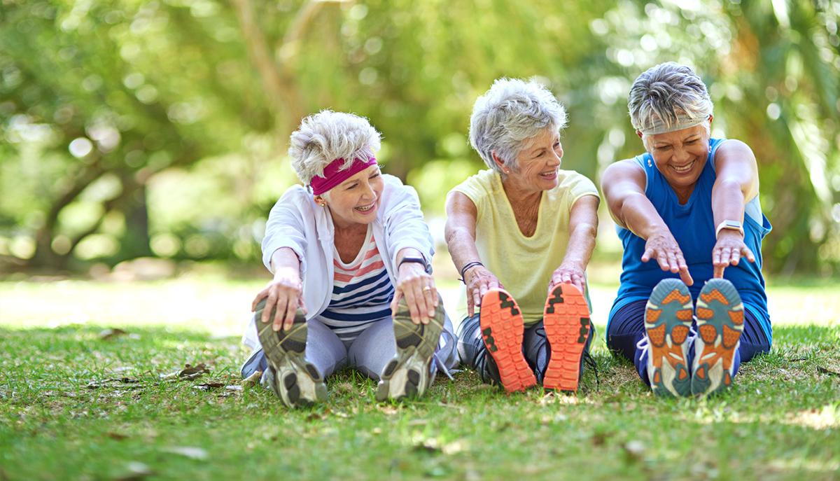 Femmes âgées qui s'étirent après le sport